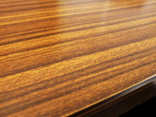 木目のメラミン机の表面