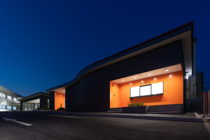 AKIM 守衛所と車庫の夜景