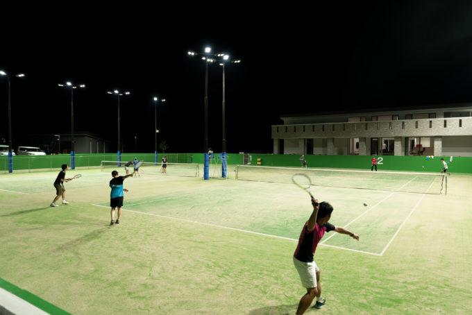 AKIM 夜のテニスの練習風景