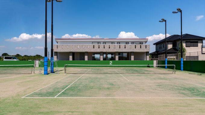 AKIM テニスコートと研修センター正面