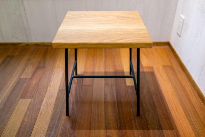 BISTRO EIGHT ナラ材の座面と黒いスチール脚のイス