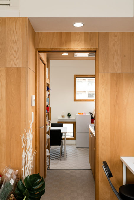 BLINK HIRO Flower Studioの事務所からキッチンスペースを見る