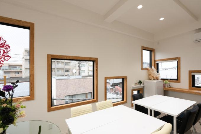 BLINK HIRO Flower Studio 内観 螺旋状に配置された四角い窓