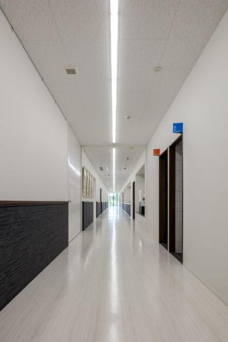 AKIM 2階の中央廊下 ライン照明が一直線に走っている